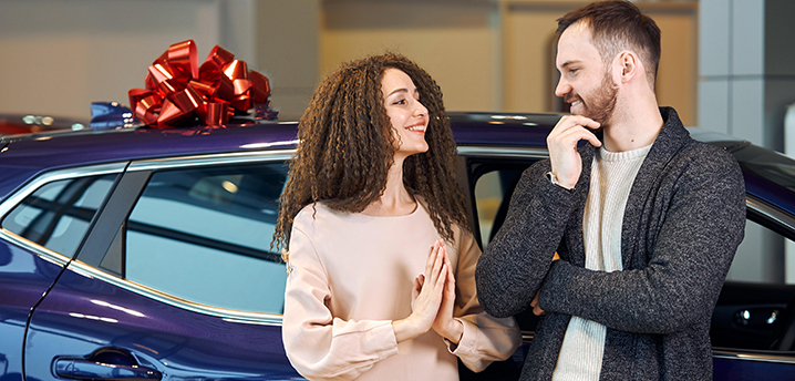 couple shopping for car with 0% apr loan